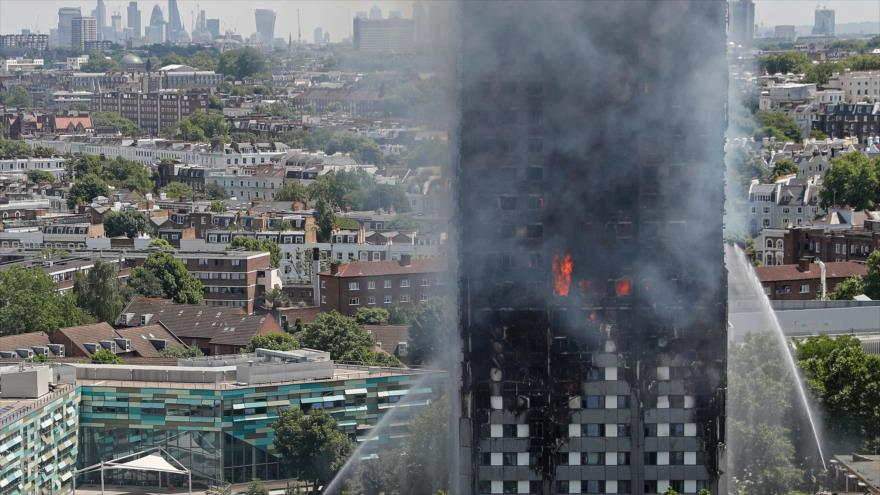 Bomberos intentan apagar el incendio en Grenfell Tower en Londres, 14 de junio de 2017