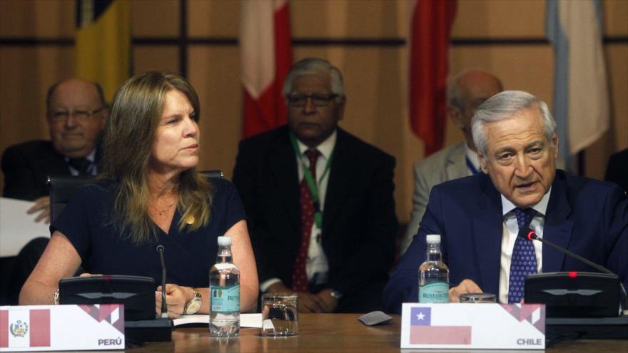 El canciller chileno, Heraldo Muñoz (drcha.) y su par peruana, Cayetana Aljovin, hablan en nombre del Grupo de Lima, en Santiago, 23 de enero de 2018.