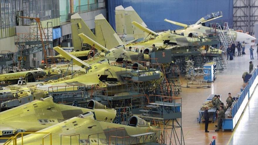 Una de las líneas de producción del cazabombardero Sujoi Su-30 en Rusia.