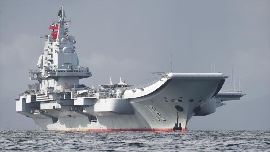 El portaaviones Liaoning, de la Armada del Ejército Popular de Liberación, llegando a aguas de Hong Kong, 7 de julio de 2017.