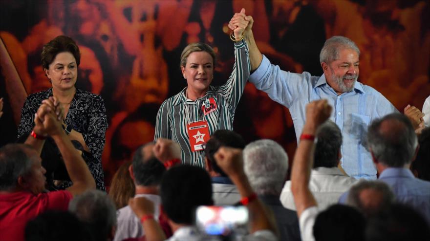 El expresidente brasileño Lula da Silva (dcha.), presenta en Sao Paulo su candidatura para comicios de octubre, 25 de enero de 2018.
