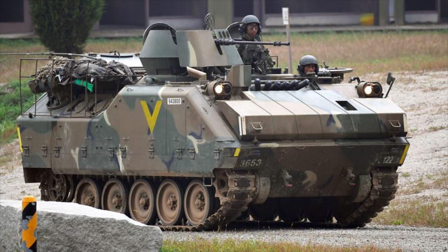 Soldados surcoreanos a bordo de un vehículo blindado durante una maniobra militar conjunta Seúl-Washington, 19 de septiembre de 2017.