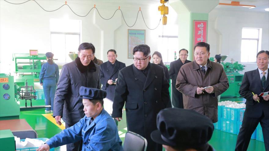 El líder norcoreano Kim Jong-un (centro) visita una fábrica farmacéutica en Pyongyang, la capital, 25 de enero de 2018.
