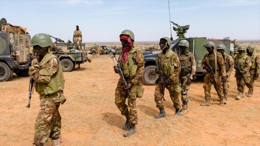 Los soldados malienses patrullan durante una operación de coordinación con una misión de Francia en el desierto de Malí, 5 de noviembre de 2017.
