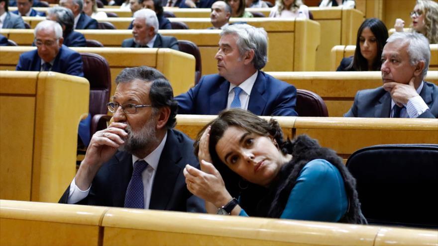El presidente del Gobierno español, Mariano Rajoy (izda.), junto a su vicepresidenta, Soraya Sáenz de Santamaría, en el Senado, 27 de octubre de 2017.