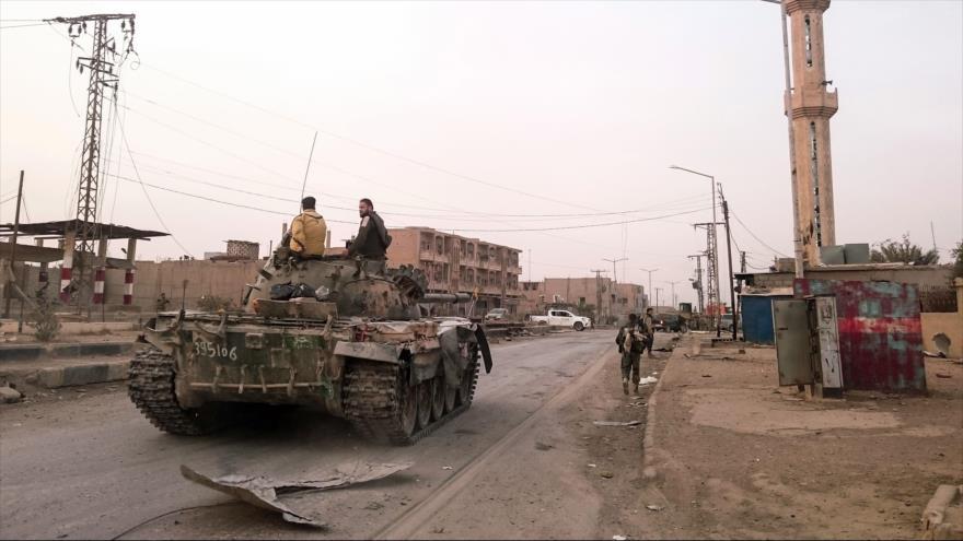 Fuerzas sirias montadas en un tanque en la ciudad fronteriza siria de Abu Kamal, 20 de noviembre de 2017.