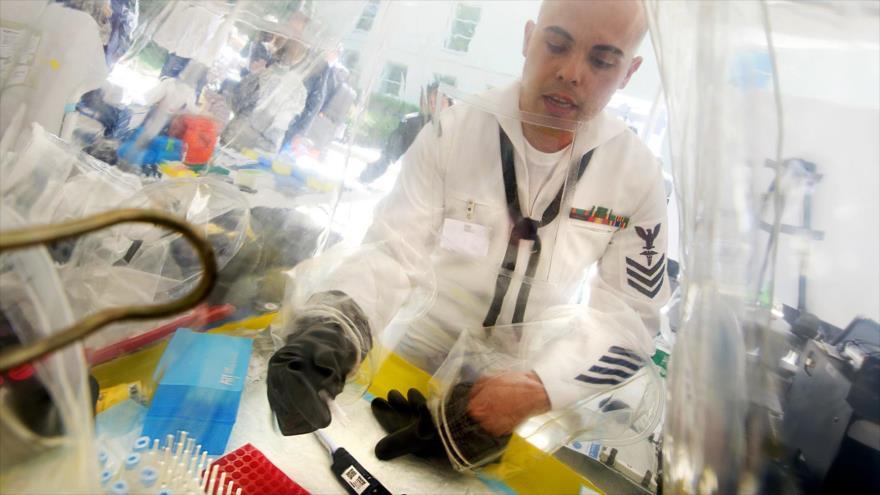 Un militar estadounidense usa un kit de contención de derrames para detectar virus como el Ébola en el Pentágono, 14 de mayo de 2015.