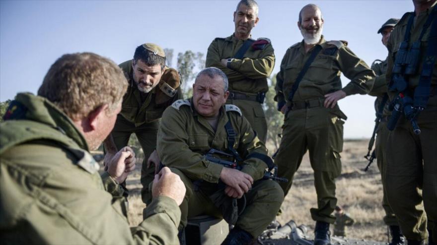 El jefe del estado mayor de Israel, el teniente general Gadi Eizenkot (centro), durante un ejercicio militar en los territorios ocupados palestinos.