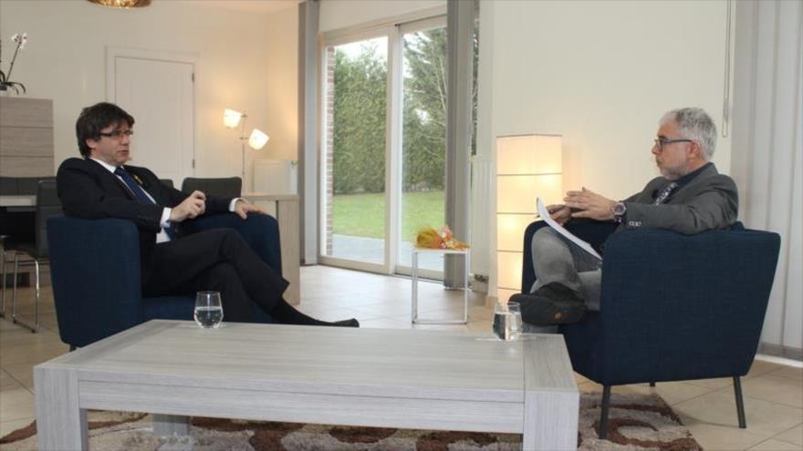 El expresidente de la Generalitat, Carles Puigdemont (izda.), concede una entrevista al diario catalán El Punt Avui, 9 de marzo de 2018.