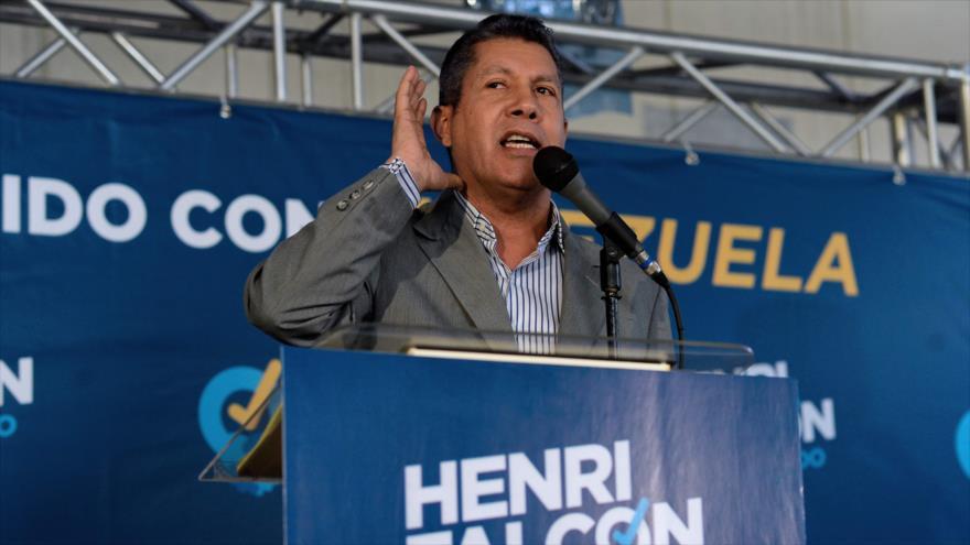 El candidato presidencial Henri Falcon ofrece una conferencia de prensa en Caracas, 9 de marzo de 2018.