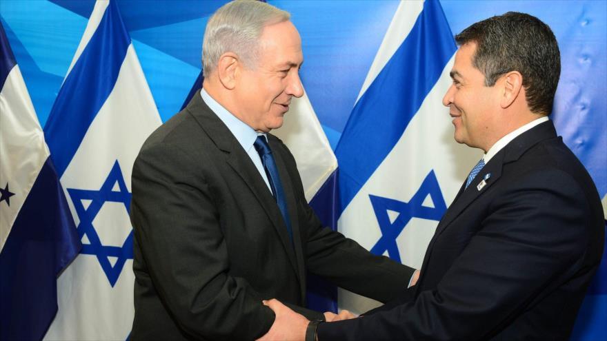 El presidente hondureño, Juan Orlando Hernández (dcha.), y el primer ministro israelí, Benyamin Netanyahu, en la ciudad palestina de Al-Quds (Jerusalén).