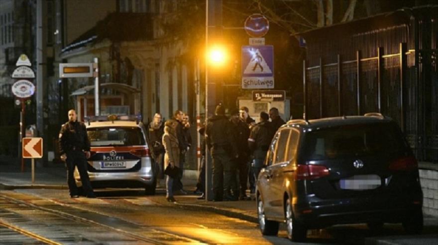 Agentes policiales austriacos, en la entrada de la residencia del embajador iraní, Abdolá Molai, en Viena (capital), 12 de marzo de 2018.