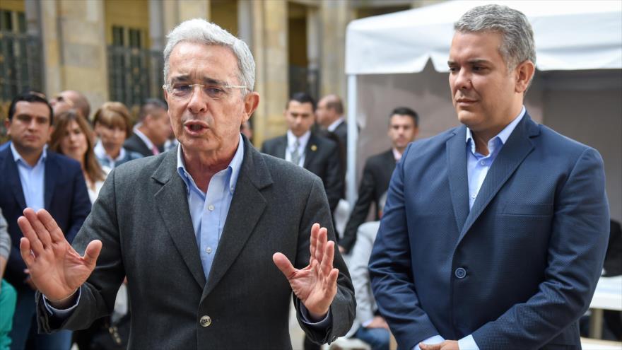 El expresidente colombiano Álvaro Uribe (izqda.) y el candidato presidencial Ivan Duque en un colegio electoral en Bogotá, 11 de marzo de 2018.