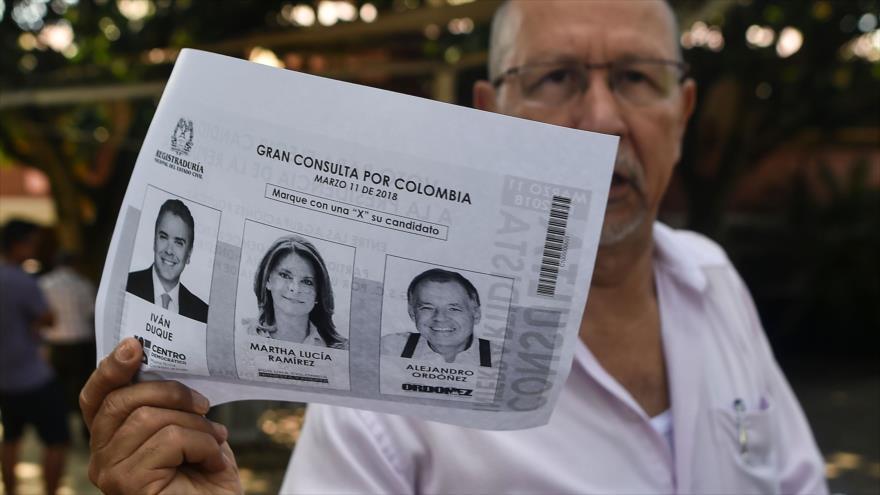 Un hombre muestra una fotocopia de la consulta de la derecha colombiana, 11 de marzo de 2018.