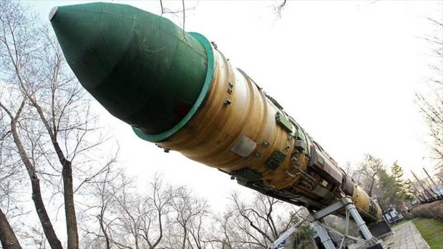 Un misil balístico intercontinental RS-20 Voevoda expuesto en un parque de Orenburgo, en el centro de Rusia.