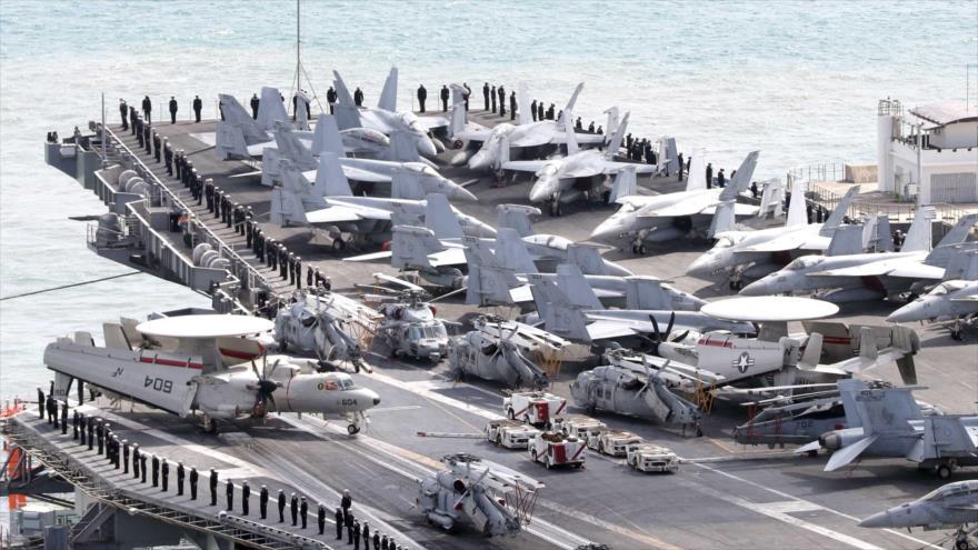 El portaaviones estadounidense USS Ronald Reagan llega a la ciudad portuaria surcoreana de Busan, 21 de octubre de 2017.
