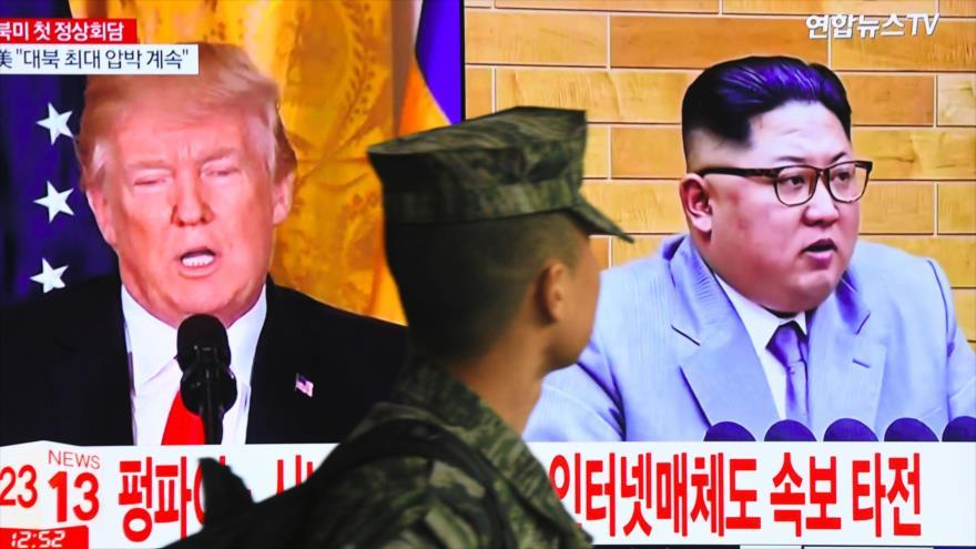 Una pantalla de televisión muestra fotos del líder norcoreano, Kim Jong-un (dcha.), y el presidente de EE.UU., Donald Trump, en Seúl, 9 de marzo de 2018.