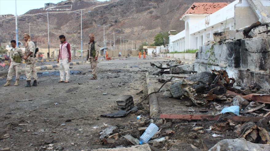 Fuerzas yemeníes aliadas de Emiratos Árabes Unidos (EAU), en el sitio de dos atentados suicidas con coche bomba registrados en Adén, 25 de febrero de 2018.