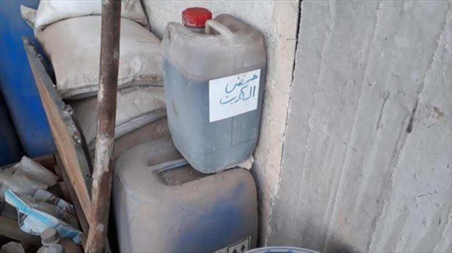 Bidones de plástico llenos de sustancias químicas en un taller clandestino perteneciente a las milicias encontrado en Guta Oriental en Siria.