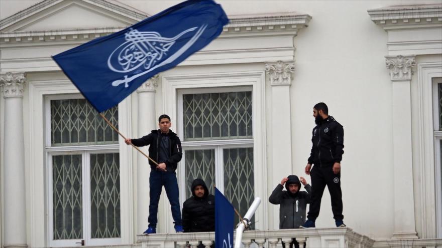 Asaltantes logran llegar al balcón exterior de la embajada iraní en Londres, capital del Reino Unido, 9 de marzo de 2018.