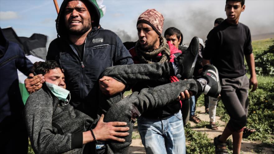 Palestinos evacúan a un adolescente herido por las fuerzas israelíes en la asediada Franja de Gaza, 9 de marzo de 2018.