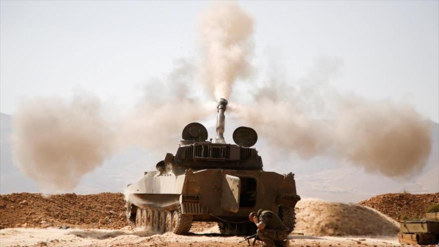 Un tanque de las fuerzas sirias abre fuego.