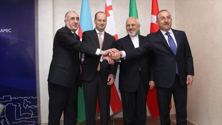 Cancilleres de Azerbaiyán, Georgia, Irán y Turquía (desde izda.) en la primera reunión cuadrilateral en Bakú, 15 de marzo de 2018.