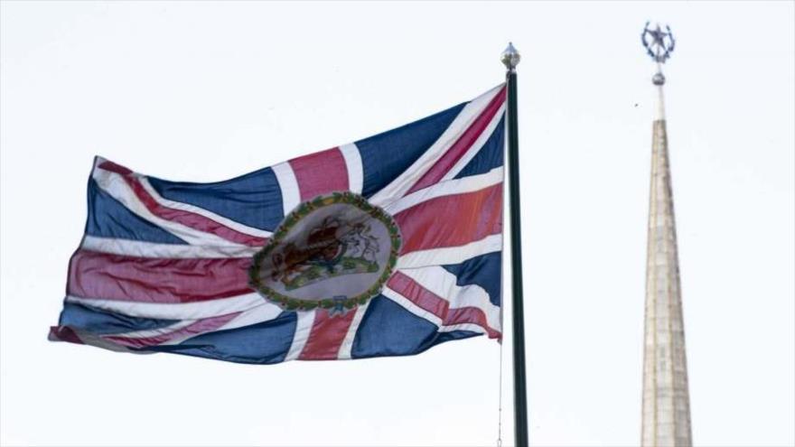La bandera británica ondea en la Embajada del Reino Unido en Moscú, la capital rusa.