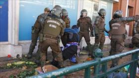 Carabineros de Chile desalojan por la fuerza a mapuches vendedoras