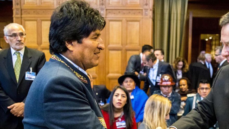 El presidente boliviano, Evo Morales (izqda.), durante la exposición de alegatos de la demanda marítima en la CIJ, en La Haya, 19 de marzo de 2018.
