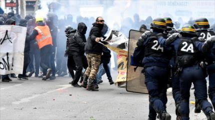Miles protestan contra reformas de Macron: se reportan choques