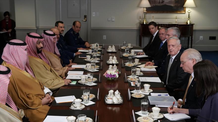 El jefe del Pentágono, James Mattis, se reúne con el príncipe heredero saudí, Mohamad bin Salman, en Washington, 22 de marzo de 2018.