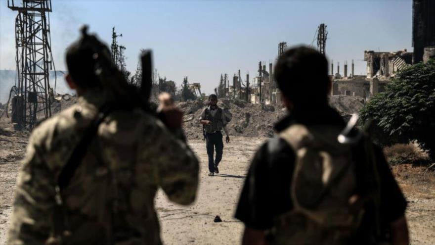 Miembros del grupo extremista Yeish al-Islam, apoyado por Arabia Saudí, cerca de la ciudad siria de Duma, en Guta Oriental.
