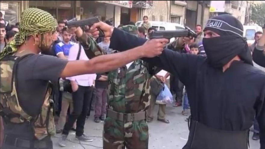 Dos miembros del grupo terrorista Yeish al-Islam en un entrenamiento militar.