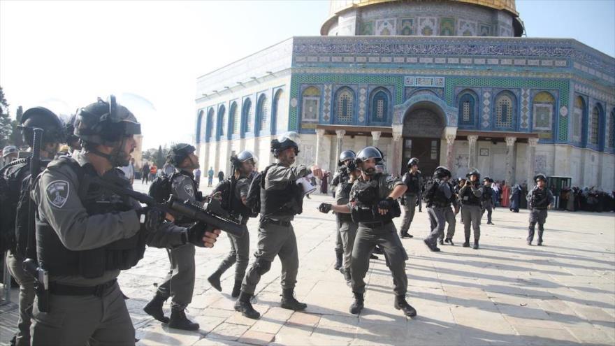 Fuerzas israelíes atacan a palestinos que quieren entrar en la Mezquita Al-Aqsa en la ciudad palestina de Al-Quds (Jerusalén), 27 de julio de 2017.