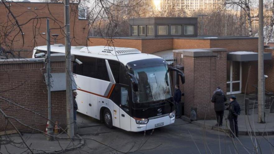 Vídeo: Diplomáticos de EEUU expulsados por Rusia abandonan Moscú