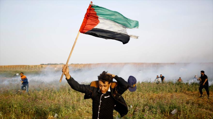 Palestino huye de un ataque de las fuerzas israelíes durante las marchas pacíficas celebradas en el sur de Gaza, 4 de abril de 2018.