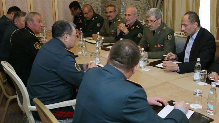 El ministro iraní de Defensa, Amir Hatami, (el del centro de la drcha.) se reúne con su par kazajo, Saken Zhasuzakov, Moscú, 5 de marzo de 2018.