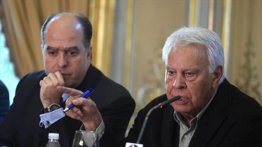 El presidente del Parlamento de Venezuela, Julio Borges (izda.), y el exjefe del Gobierno español, Felipe González, en Madrid, 4 de abril de 2018.