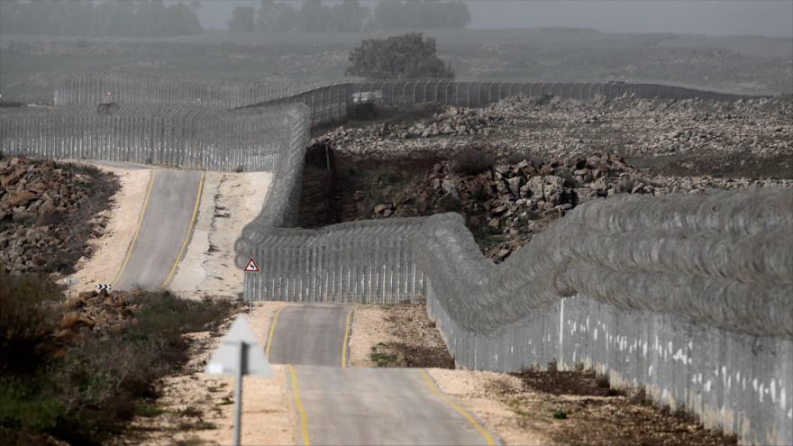 Una foto tomada el 8 de marzo de 2018 muestra la cerca fronteriza que separa Siria con los altos de Golán, ocupados por Israel.