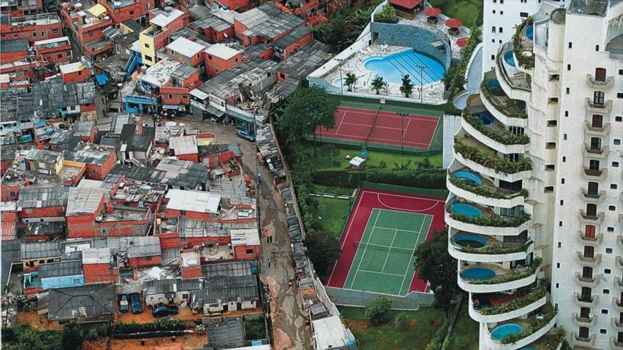 Contraste de opulencia y miseria a escasos metros de distancia en la ciudad de São Paulo, en el sureste de Brasil.