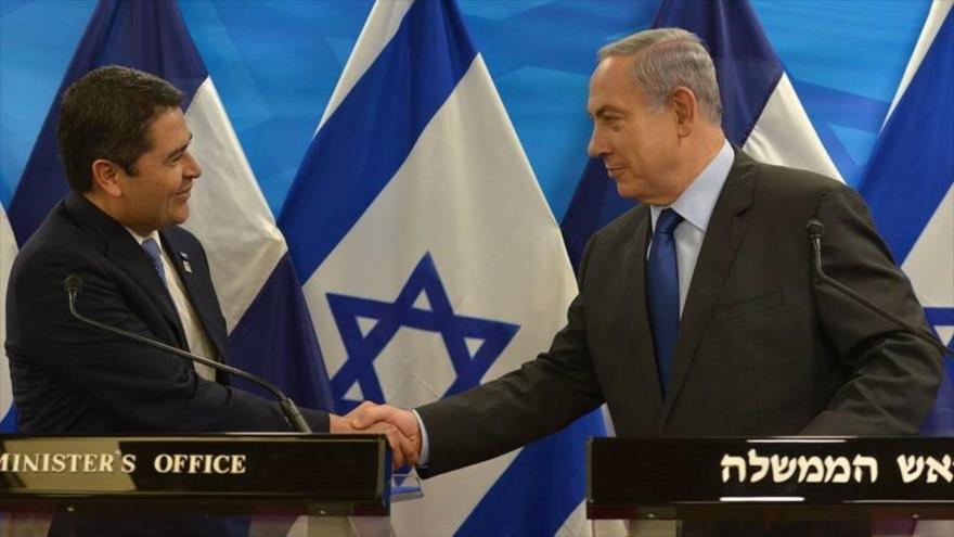 El presidente de Honduras, Juan Orlando Hernández (izda.), saluda al primer ministro israelí, Benyamin Netanyahu.