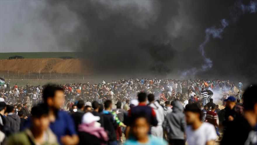 Fuerzas israelíes lanzan gases lacrimógenos para dispersar a los palestinos en una protesta entre los territorios ocupados y Gaza, 6 de abril de 2018.