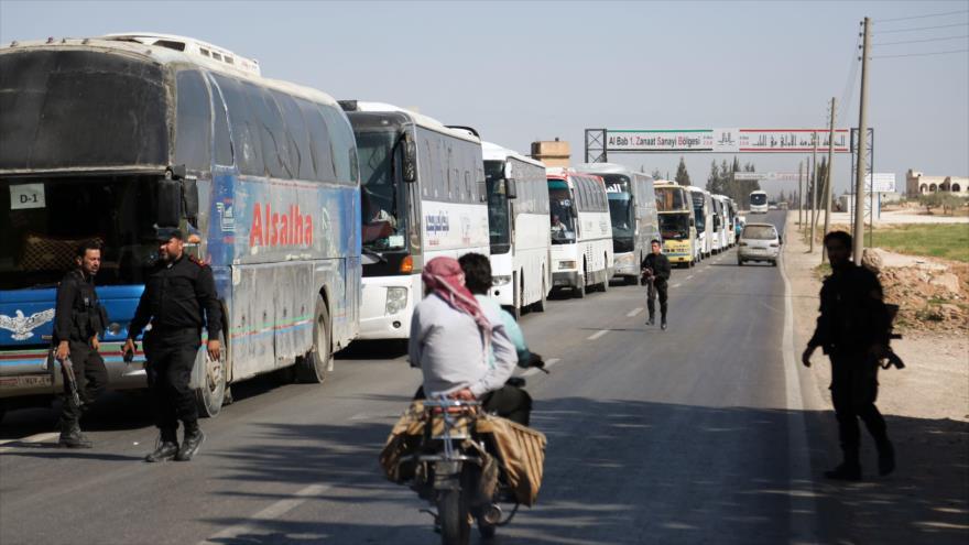Los autobuses que transportan a los terroristas de Yeish Al-Islam y sus familias desde Duma llegan a la ciudad siria de Al-Bab, 5 de abril de 2018.