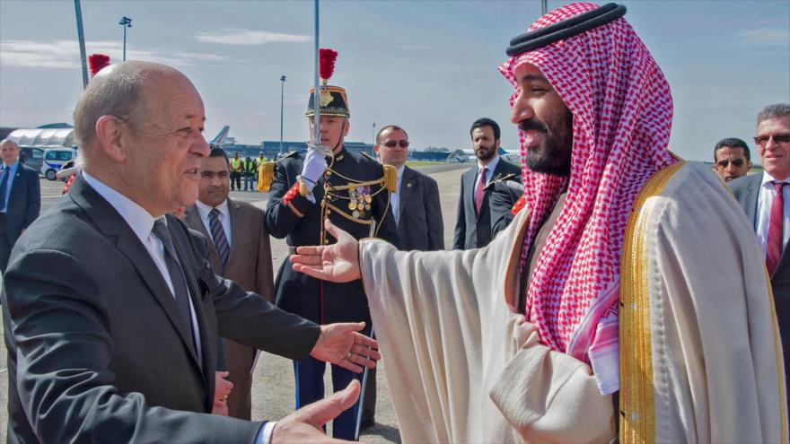 El canciller francés, Jean-Yves Le Drian (izda.), da la bienvenida al príncipe heredero de Arabia Saudí, Mohamad bin Salman, a París, 8 de abril de 2018.