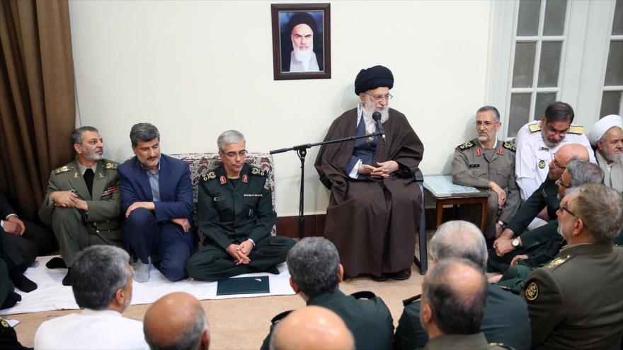 El Líder de la Revolución Islámica, el ayatolá Seyed Ali Jamenei, se reúne con altos oficiales de las Fuerzas Armadas de Irán, 8 de abril de 2018.