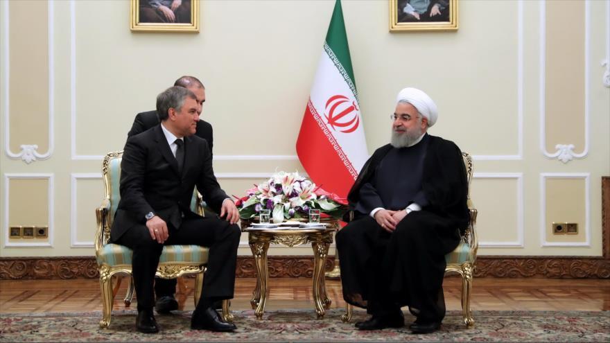 El presidente iraní, Hasan Rohani (dcha.), se reúne con el presidente de la Duma estatal rusa, Viacheslav Volodin, en Teherán, 9 de abril de 2018.