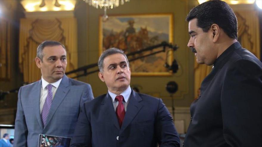 El presidente de Venezuela, Nicolás Maduro (dcha.), junto con el fiscal general de este país, Tarek William Saab en Caracas, 31 de marzo de 2017.