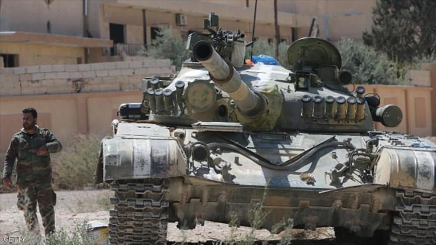 Soldados del Ejército sirio patrullan en la ciudad de Al-Qaryatayn, en la provincia de Homs, en el centro de Siria.