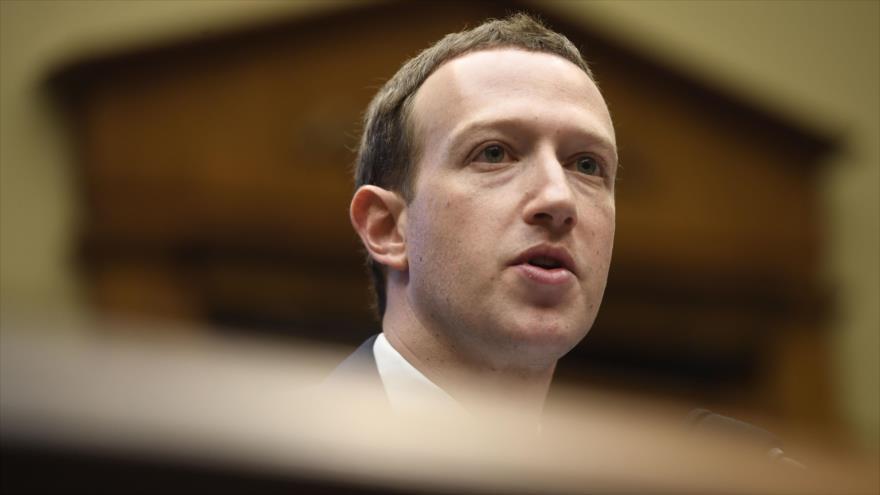 El fundador y director ejecutivo de Facebook, Mark Zuckerberg, responde a las preguntas de los congresistas estadounidenses, 11 de abril de 2018.